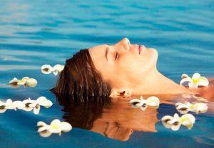 Девушка в воде при дерматите