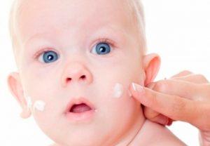 Ребенок с кремом на лице